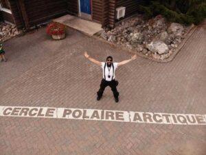 Motero en el círculo polar ártico